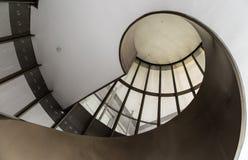 Vue inférieure d'escaliers en spirale blancs de couleur photos stock