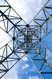 Vue inférieure de construction de pylône de ligne électrique de l'électricité Photo libre de droits