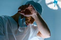 vue inférieure de docteur fatigué photographie stock