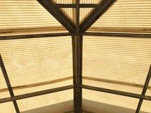 Vue inférieure de garage grunge faite à partir du métal et du roo translucide Photos libres de droits