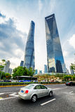 Vue inférieure de gratte-ciel du centre ville dedans de Changhaï, Chine Photographie stock