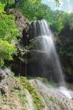 vue inférieure de l'homme montant la corde près de la cascade, Fédération de Russie, Caucase, images libres de droits
