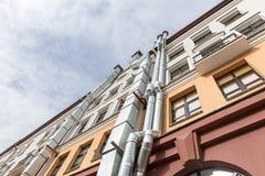 Vue inférieure de l'immeuble avec des conduits d'air sur la façade Photographie stock libre de droits