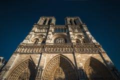 Vue inférieure de la cathédrale de Notre Dame de Paris images libres de droits
