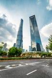 Vue inférieure de la place financière SWFC, Chine du monde de Changhaï Images stock