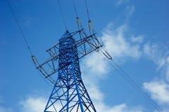 vue inférieure de la tour des grilles d'alimentation sur le fond de ciel bleu, haute tension, concept de l'électricité photographie stock
