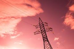 vue inférieure de la tour des grilles d'alimentation sur le fond rose de ciel, haute tension, concept de l'électricité photo stock