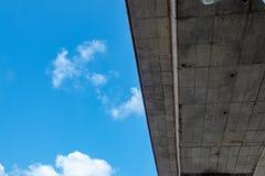 Vue inf?rieure de pont concret sur le fond de ciel bleu de mottes de terre photographie stock libre de droits