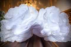 Vue inférieure de robe de mariage sur un cintre dans la fenêtre Robe de mariage abstraite de surplomb Photo stock