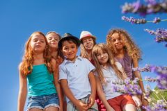 Vue inférieure des enfants heureux contre le ciel clair Photos libres de droits