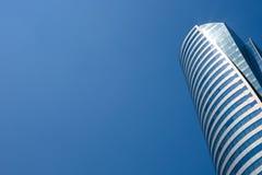 Vue inférieure des gratte-ciel modernes au district des affaires contre le ciel bleu photos stock
