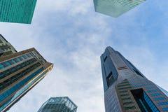 Vue inférieure des gratte-ciel modernes au district des affaires contre s Image stock