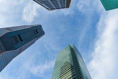 Vue inférieure des gratte-ciel modernes au district des affaires contre s Images stock