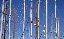 Vue inférieure des mâts des yachts et des bateaux à voile Photo stock