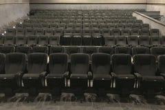 Vue inférieure du chemin vers le hall de cinéma avec les chaises molles noires photos stock