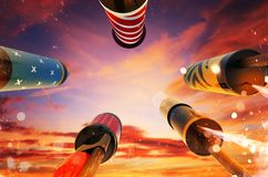 Vue inférieure du lancement de fusées de feux d'artifice dans le ciel Photo stock