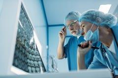 vue inférieure du regard de médecins photographie stock