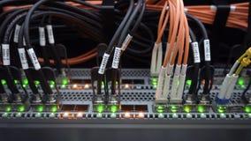 Vue inférieure fonctionnante de support de serveur Le câble à fibres optiques et la lueur ont mené des lumières banque de vidéos