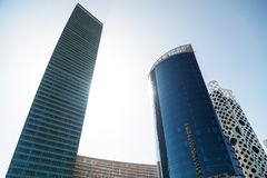 Vue inf?rieure des gratte-ciel modernes au district des affaires contre le ciel bleu image libre de droits