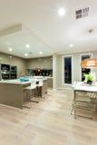 Vue intérieure d'une maison avec le plancher en bois et de cuisine à côté de t Photo libre de droits
