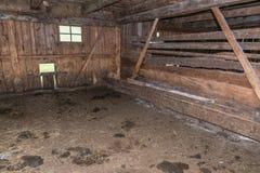 Vue intérieure d'une vieille étable en bois sur une alpe, Autriche images stock