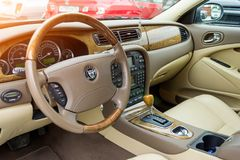 Vue intérieure de Jaguar brillamment vert 2007 de type s image libre de droits