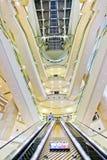 Vue intérieure de mail de Taïpeh 101 avec des couches d'escalators à Taïpeh Photo stock