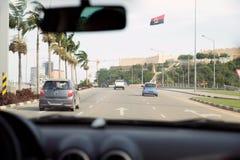 Vue intérieure de rue de voiture - avenue de Luanda - drapeau de l'Angola Image stock