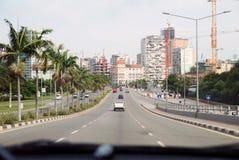 Vue intérieure de rue de voiture - avenue principale de Luanda, Angola Photo libre de droits