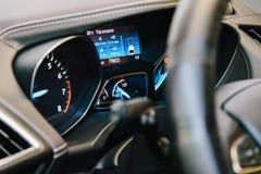 Vue intérieure de tableau de bord de voiture moderne Images libres de droits