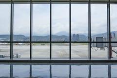 Vue intérieure de terminal d'aéroport de Taïpeh Songshan avec l'extérieur Photos libres de droits