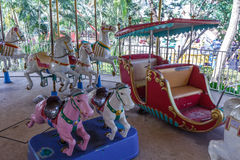 Vue intérieure de tour de fête foraine de carrousel, Chennai, Inde, le 29 janvier 2017 Photographie stock libre de droits