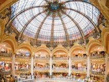 Vue intérieure du centre commercial célèbre de Galeries La Fayette image libre de droits
