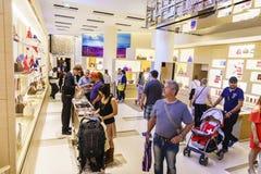 Vue intérieure du magasin Louis Vuitton Photographie stock libre de droits