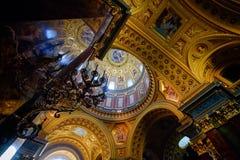 Vue intérieure du plafond d'or de la basilique du ` s de St Stephen Photographie stock