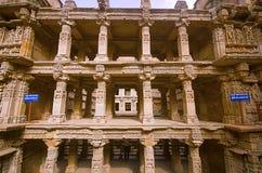 Vue intérieure du vav de ki de ranis, stepwell sur les banques de la rivière de Saraswati Mémorial à un Roi du 11ème siècle Bhimd Photos stock