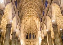 Vue intérieure spectaculaire de l'intérieur de la cathédrale de St Patrick, au jour de St Patrick à Manhattan photo stock