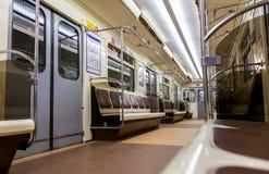 Vue intérieure du wagon de train dans le souterrain Photographie stock