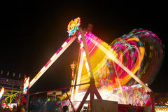Vue juste de nuit de carnaval dans le mouvement Image stock
