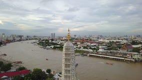 vue 4K aérienne autour de dessus de pagoda au temple de Wat Arun banque de vidéos