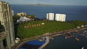 vue 4K aérienne autour de signe de ville de Pattaya banque de vidéos