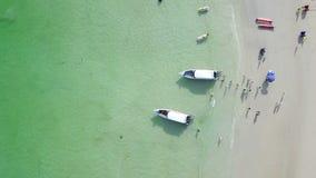 vue 4K aérienne d'un passager de transit de hors-bord à la plage banque de vidéos