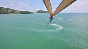 vue 4K aérienne de parachute ascensionnel à la plage de Patong banque de vidéos