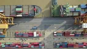 vue 4K aérienne de port industriel avec le navire porte-conteneurs banque de vidéos