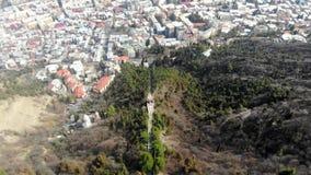 vue 4k aérienne de route funiculaire au centre de la ville de Tbilisi, la Géorgie banque de vidéos