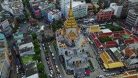 vue 4K aérienne de Wat Traimit Bangkok banque de vidéos