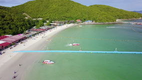 vue 4K aérienne du paradis tropical asiatique Ko Lan Pattaya de plage banque de vidéos