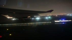 vue 4K d'une aile d'avion tandis que l'avion décolle à la nuit clips vidéos