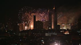 vue 4K fantastique d'affichage de feux d'artifice au-dessus de Bangkok banque de vidéos