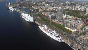 vue 4k panoramique aérienne de la ville Riga du côté de la dvina occidentale de rivière banque de vidéos